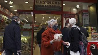 In der Türkei beginnt ein viertägiges Ausgehverbot. Es soll dazu beitragen, die Ausbreitung des Coronavirus zu verlangsamen.