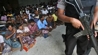 Flüchtlinge in einer provisorischen Unterkunft in Langsa, Indonesia