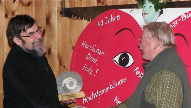 VONV-Präsident Meinrad Bärtschi (links) überreicht Fritz Ledermann die Auszeichnung, den Naturschutzpreis 2012. – Foto: dds