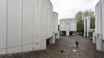 Im Innern der katholischen Kirche gibt es bereits erste Schäden wegen des undichten Daches.