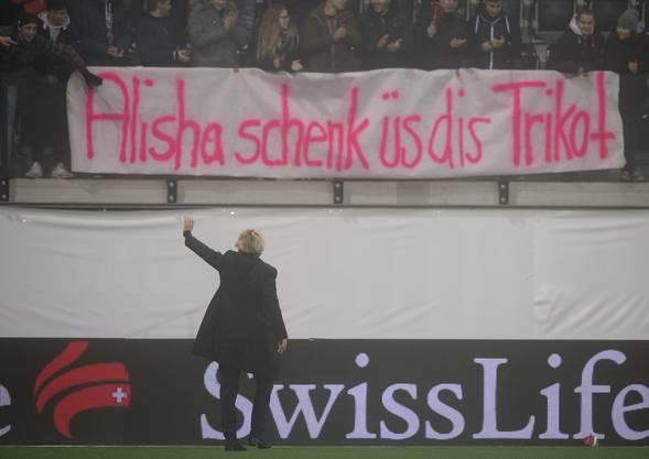 Martina Voss-Tecklenburg lässt sich von den Schweizer Fans feiern. Es ist ihr letzter Auftritt als Trainerin. Sie wechselt zum DFB.
