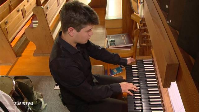 19-Jähriger beeindruckt an Kirchenorgel