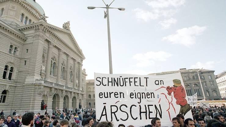 """Das """"Bündnis gegen den Schnüffelstaat"""" kämpft wie nach Bekanntwerden der Fichenaffäre im Frühjahr 1990 auch heute gegen die ausufernde staatliche Überwachung in der Schweiz. Das Referendum gegen das neue Nachrichtendienstgesetz ist lanciert. (Archiv)"""