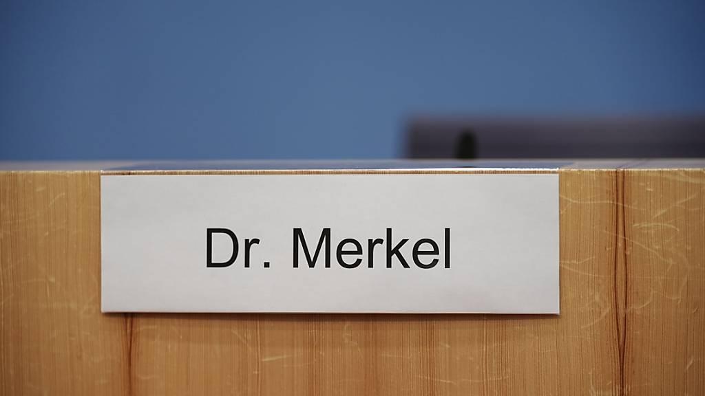Mehrheit der Deutschen vertraut nicht in Merkels Impfversprechen