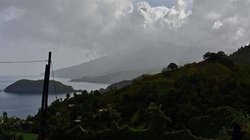 Eine Aschewolke steigt auf nachdem der Vulkan La Soufriere auf der östlichen Karibikinsel St. Vincent ausbricht. Foto: Kepa Diez Ara/AP/dpa