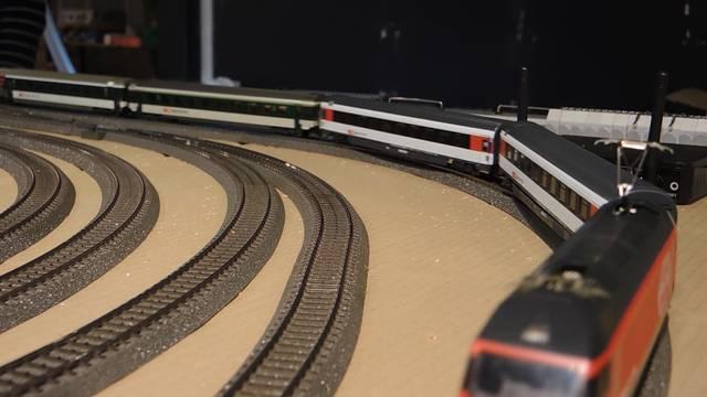 Es rattert und surrt: Modelleisenbahnfans unter sich.
