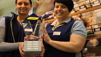 Die stellvertretende Filialleiterin, Sabrina Spichtig, und Ladenleiterin Nicole Zumsteg (v. l.) sind stolz auf den Wanderpokal. CM