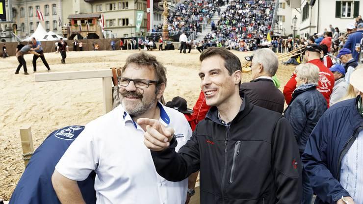 Thierry Burkart kommt am Schwingfest kaum von A nach B, überall trifft er bekannte Gesichter. Zum Beispiel die Aargauer Schwinglegende Matthäus Huber.