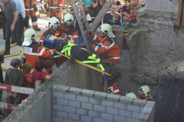 Probe des Ernstfalls: Auf einer Baustelle im Dorfzentrum konnten Zuschauer hautnah dabei sein.