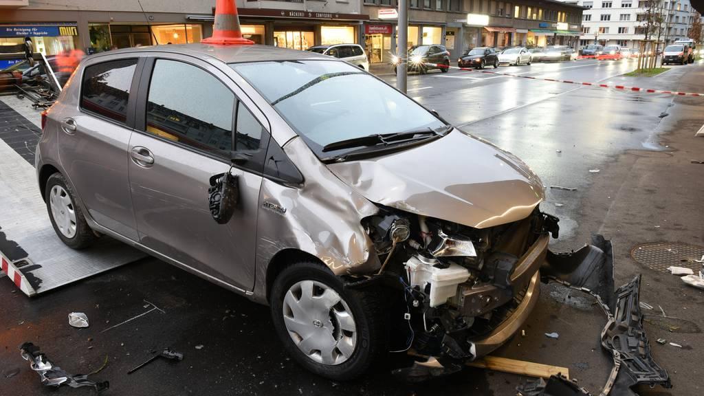 Frau verliert Kontrolle über Auto und fährt in Hauswand