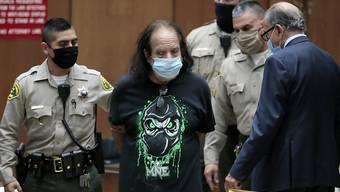 ARCHIV - Der US-amerikanische Porno-Darsteller Ron Jeremy (M) erscheint zur Anklage vor Gericht in Los Angeles. Foto: Robert Gauthier/Pool Los Angeles Times/AP/dpa
