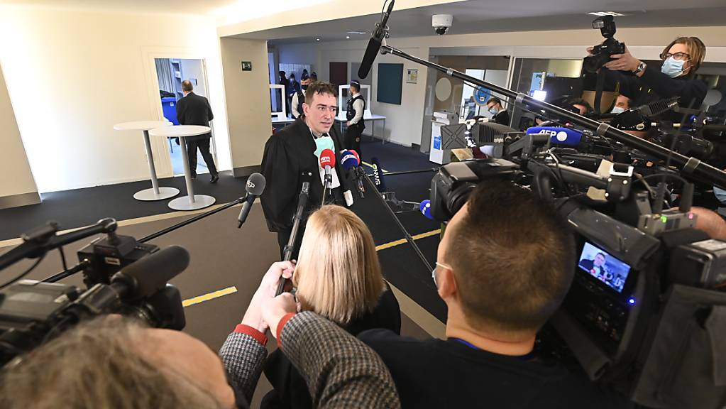 Rechtsanwalt Sebastien Courtoy spricht vor einer Sitzung der Brüsseler Ratskammer zu den Terroranschlägen im März 2016 mit der Presse. Wegen der Anschläge müssen sich zehn Beschuldigte vor einem belgischen Schwurgericht verantworten. Foto: Eric Lalmand/BELGA/dpa