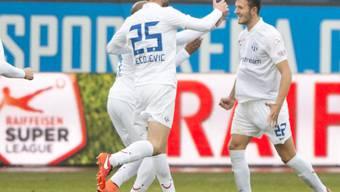 Die Zürcher feiern ihren 1:0-Torschützen Anto Grgic (rechts)