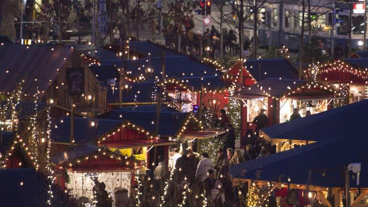 Blick auf den Weihnachtsmarkt auf dem Zürcher Sechseläutenplatz – bis Ende November kann man sein Projekt für den Weihnachtsmarkt einreichen. (Archiv)