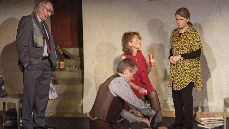 Bekriegen sich (v.l.): Alain (Hans Peter Blaser), Michel (Simon Heiniger), Annette (Rebekka Rohrbach) und Veronique (Sandra Wertli).