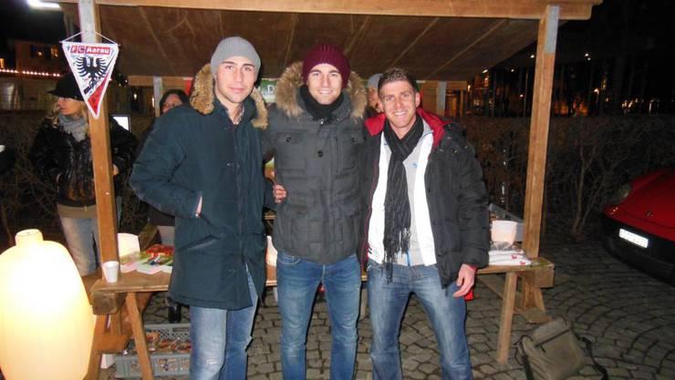 FCA-Spieler Artur Ionita, Remo Staubli und David Marazzi (v.l.n.r.) beim Ticketverkauf.
