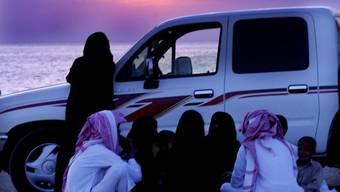 Saudische Familie wartet auf Sonnenuntergang, bevor es Essen gibt