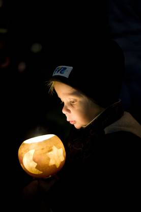 Timo Graf aus Boswil beobachtet das flackernde Licht in seiner Räbe.