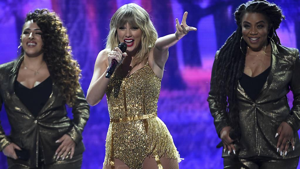 Die US-Sängerin Taylor Swift (Mitte) lässt die Vergangenheit hinter sich. Sie nimmt alte Songs wieder neu auf. (Archivbild)