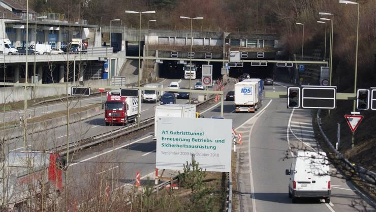 Die Zürcher Regierung fordert den Bund auf, bei der dritten Gubrist-Tunnelröhre rasch vorwärts zu machen (Archivbild).