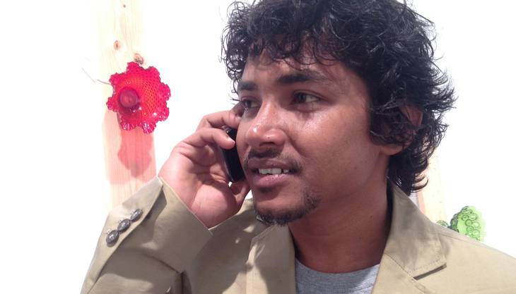 Der indische Künstler Sujit Mallik aus Neu Delhi ist derzeit dank eines Künstleraustausch-Programms des iaab hier in Basel. Er hat eine wunderbare Kunstidee entwickelt: Schleckstengel auf denen Pflanzen wachsen. In Zusammenarbeit mit den Merian Gärten hat er 350 solcher Lollipops kreiert. Die Basis ist aus Erde, sie repräsentiere «unsere Kunst- und Kulturwelt». Der Stiel sei unsere menschliche Einstellung: «Wir glauben, alles unter Kontrolle zu haben.» Und die Pflanze, die wir wie eine Schleckware aufessen, «stehe dafür, wie wir die ganze Struktur konsumieren und ausbeuten. Wir haben vergessen, diese Welt mit anderen Spezies, auch Pflanzen, zu teilen.»