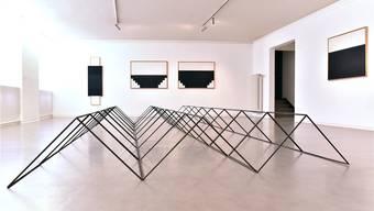 «Lieu de mémoire» ist diese raumfüllende Installation mit einsprechenden Zeichnungen an der Wand von Elsie Wyssübertitelt. Die Künstlerin schuf diese zwischen 1997 und 2017.