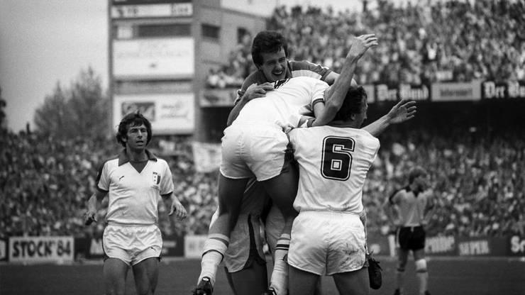 So sah der Fussball 1980 aus. Sion-Spieler bejubeln ihren Treffer zum 2:1-Endstand.