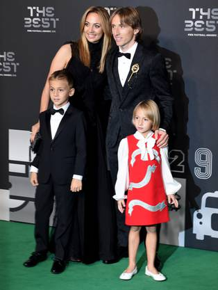 epa07044394 Real Madrid and Croatian team midfielder Luka Modric, his wife Vanja Bosnic and their children Ivano and Emma arrive for the Best FIFA Football Awards 2018 in London, Great Britain, 24 September 2018. EPA/FACUNDO ARRIZABALAGA