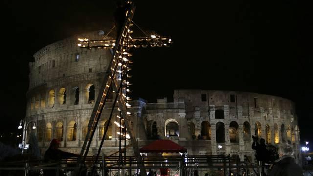 Vor dem Kolosseum in Rom wird ein grosses, leuchtendes Kreuz errichtet