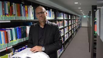 Rolf Meyer in den Gängen der Bibliothek des neuen FHNW Standorts in Olten.