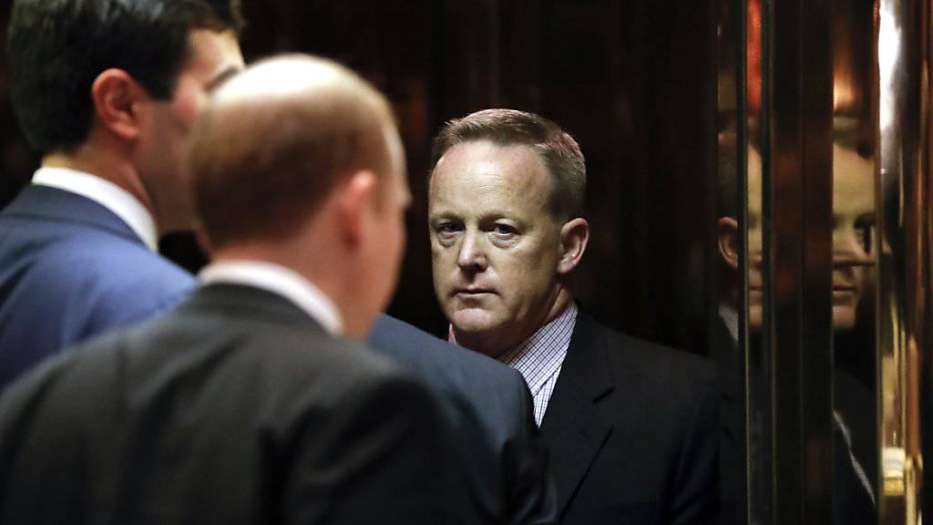 Trump-Offizielle, hier Sprecher Sean Spicer, steigen in den Lift, der zu den Räumlichkeiten des frischgewählten US-Präsidenten in dessen Trump Tower in New York führt.