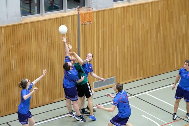 Die Lommiswiler (grün) holen sich in der Kategorie C den ersten Platz (hier im Spiel gegen Subingen)