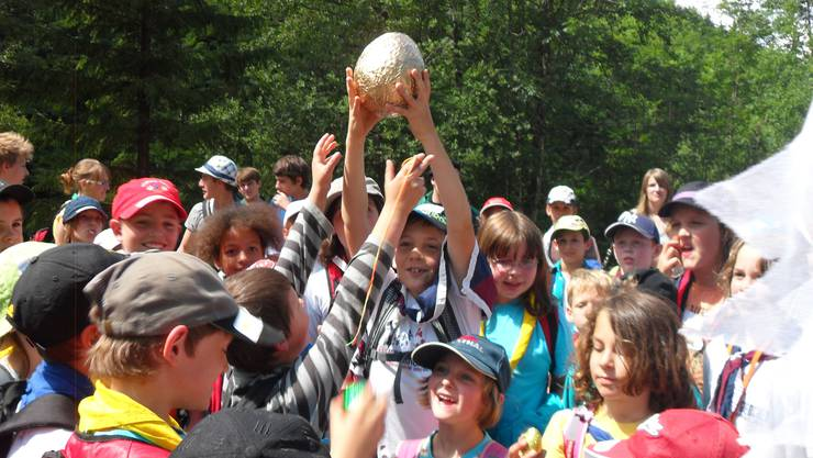 Die Siegergruppe freut sich über das gefundene goldene Ei.