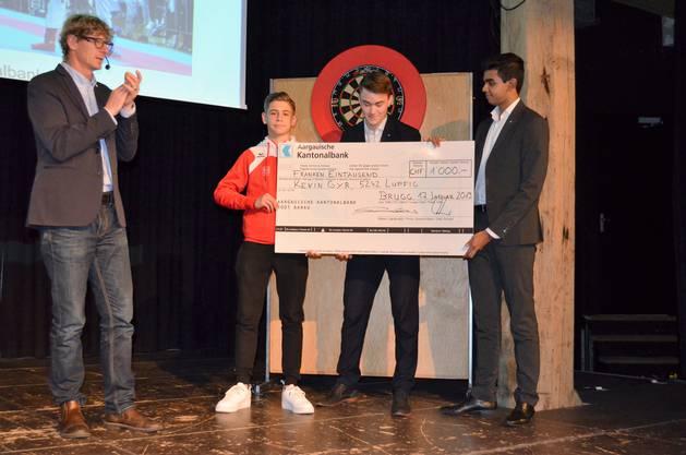Die besten Sportlerinnen und Sportler wurden im Salzhaus Brugg in einer abwechslungsreichen Feier gewürdigt und ausgezeichnet;Nachwuchstalent Kevin Gyr erhält von den Lernenden der Aargauischen Kantonalbank den Check überreicht.