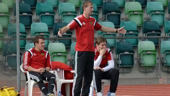 Old Boys Trainer Samir Tabakovic (mitte) sieht, wie seine Mannschaft in Genf trotz Aufholjagd noch verliert.