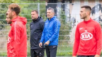 Der FCA mit Cheftrainer Patrick Rahmen (schwarze Jacke) und Stürmercoach Petar Aleksandrov (blaue Jacke) kehrt am 25. Mai ins Mannschaftstraining zurück