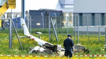 Das in Innsbruck abgestürzte Kleinflugzeug, in dem zwei Menschen ums Leben kamen, ist aus der Schweiz gekommen. FOTO: APA/ZEITUNGSFOTO.AT7DANIEL LIEBL