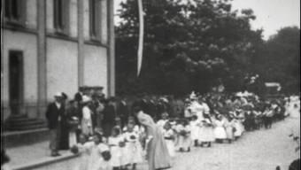 Kavallerie im Schachen, Festumzug in der Kasinostrasse und Kadettenmanöver Roggehuser Täli: Filmaufnahmen aus Aarau anno 1897, teilweise eingebettet in das aktuelle Umfeld der Originalschauplätze.