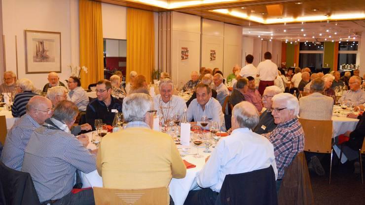 An vollen Tischen diskutieren die Freiwilligen des Aargauer Roten Kreuzes über Fussball und Freiwilligenarbeit.