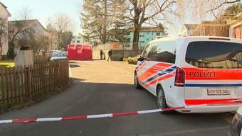 Auf einem Parkplatz in Dübendorf wurde eine Frau tot aufgefunden. Ein Gewaltdelikt kann zum jetzigen Zeitpunkt nicht ausgeschlossen werden.