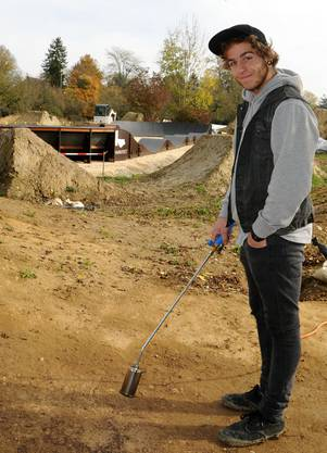 Lukas Siegrist vom Whitestone-Bikepark gibt mit einem Bunsenbrenner den letzten Schliff vor der Freigabe der Anlage.