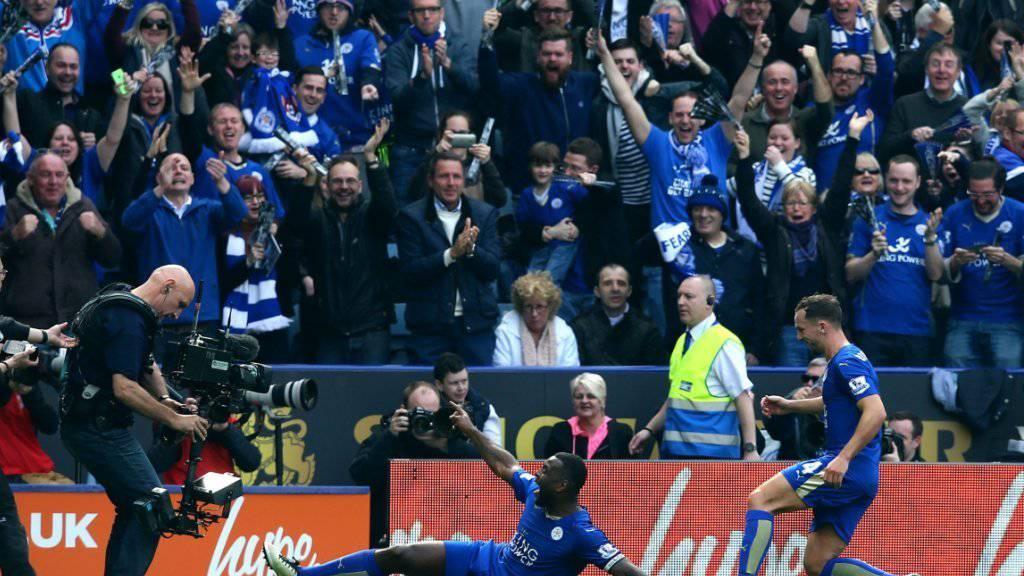 Leicesters Captain Wes Morgan löst mit seinem Treffer in der 38. Minute Jubelstürmer auf den Zuschauerrängen aus