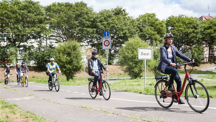 Erwachsene E-Biker erobern den Verkehrsgarten.