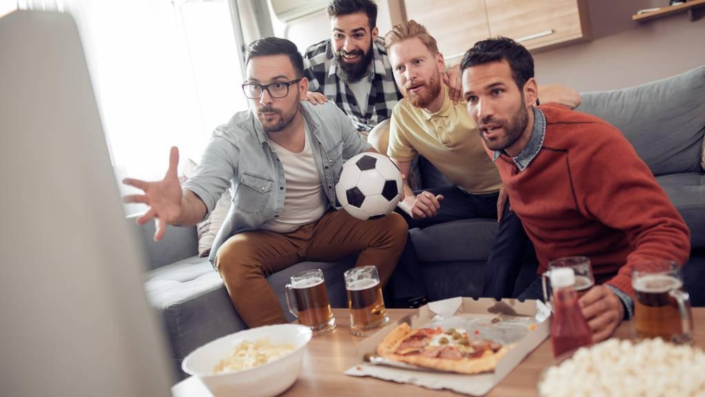 Die einen jubeln schon, bei den anderen hat der Schütze noch nicht einmal den Ball. An der Fussball-WM fallen die Verzögerungen vom TV-Signal besonders auf.