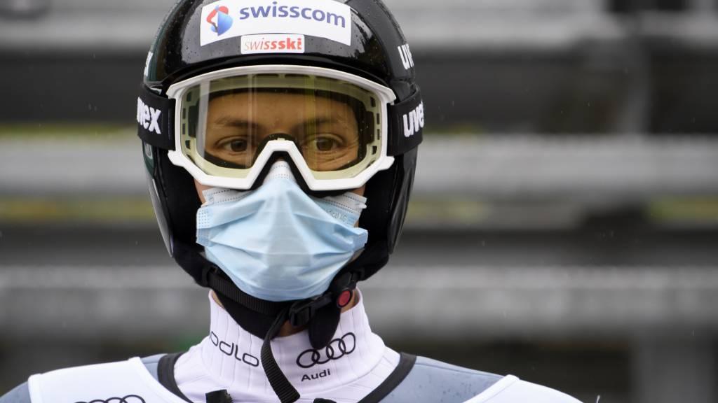 Die Maske schützt. Der Schweizer Skispringer Gregor Deschwanden muss im Weltcup nicht pausieren.