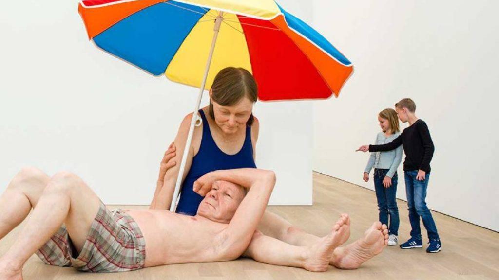 Eines der Dauerexponate im neuen Museum «Voorlinden» in der Nähe von Den Haag: «Couple under an Umbrella» von Ron Mueck. (Pressebild)