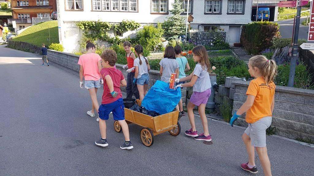 Mit dem Leiterwägeli gingen die Primarschüler auf Müll-Exkursion.