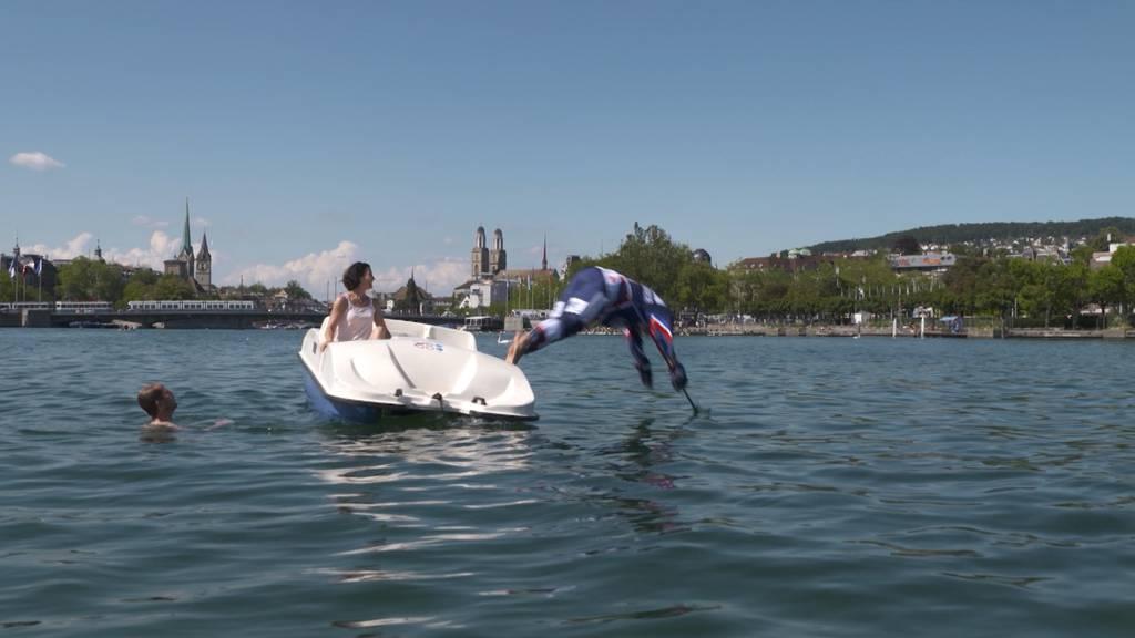 Köpfler in kompletter Eishockeyausrüstung in den Zürichsee