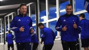 Auch die Teamkollegen (rechts Roman Buess) freuen sich, dass Alain Schultz (links) wieder beim FC Wohlen spielt.