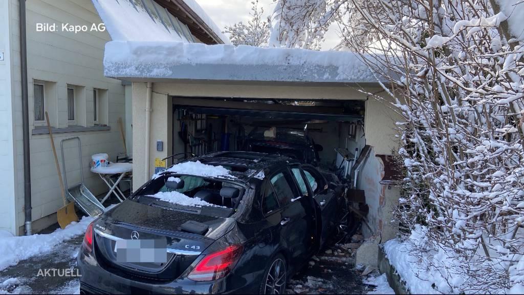 Drei Totalschäden: Junglenker kracht in Brugg in eine Garage